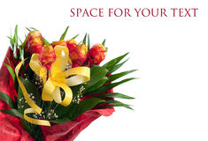 Ramo de rosas amarillas con la decoración roja Foto de archivo
