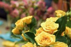 Ramo de rosas amarillas y rojas Fotografía de archivo