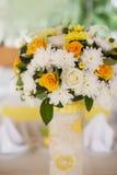 Ramo de rosas anaranjadas en una cesta de mimbre blanca Imagenes de archivo