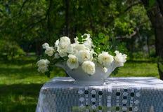 Ramo de rosas blancas en una tabla Imágenes de archivo libres de regalías