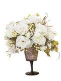 Ramo de rosas blancas florecientes en florero Fotografía de archivo libre de regalías