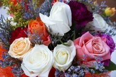 Ramo de rosas blancas, rojas y amarillas Fotografía de archivo