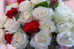 Ramo de rosas blancas y rojas Imagen de archivo