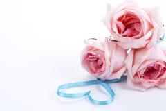 Ramo de rosas con la cinta en dimensión de una variable del corazón Imagenes de archivo