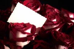 Ramo de rosas con la tarjeta de felicitación fotografía de archivo