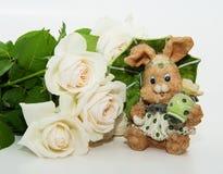Ramo de rosas con las liebres de Pascua Imagen de archivo libre de regalías