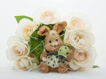 Ramo de rosas con las liebres de Pascua Fotos de archivo libres de regalías