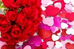 Ramo de rosas con las tarjetas del día de San Valentín Foto de archivo