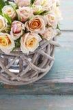 Ramo de rosas en cesta de mimbre Fotos de archivo libres de regalías