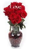 Ramo de rosas en florero imagen de archivo