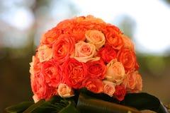 ramo de rosas en fondo del bokeh fotografía de archivo