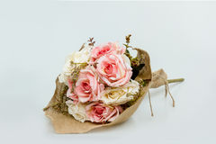 Ramo de rosas en fondo gris del color Imagen de archivo libre de regalías