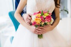 ramo de rosas en las manos de la novia Imagen de archivo
