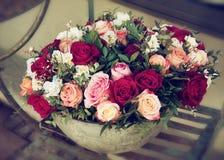 Ramo de rosas en pote Fotos de archivo