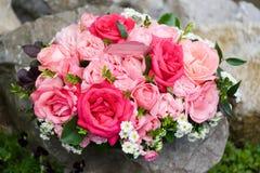Ramo de rosas en rocas Fotos de archivo