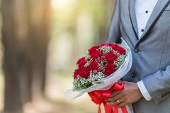Ramo de rosas en su día de boda Foto de archivo libre de regalías