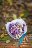 Ramo de rosas en su día de boda Imagenes de archivo