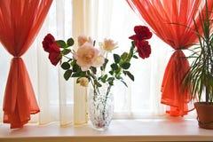 Ramo de rosas en travesaño de la ventana fotografía de archivo