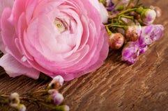 Ramo de rosas en un de madera Imagen de archivo libre de regalías