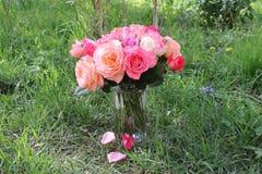 Ramo de rosas en un florero Fotos de archivo libres de regalías