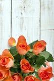 Ramo de rosas en un fondo de madera Imágenes de archivo libres de regalías