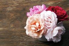 Ramo de rosas en un fondo de madera Foto de archivo libre de regalías