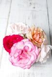 Ramo de rosas en un fondo de madera Imagen de archivo