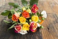 Ramo de rosas multicoloras Foto de archivo