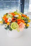 Ramo de rosas multicoloras de las flores en caja de regalo de lujo imagenes de archivo