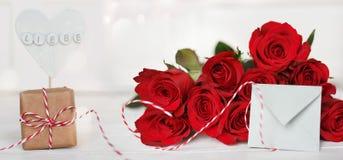 Ramo de rosas rojas con un mensaje del amor Imagen de archivo libre de regalías
