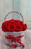 Ramo de rosas rojas en cesta de mimbre Fotografía de archivo