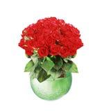 Ramo de rosas rojas en el florero de cristal aislado en blanco Fotos de archivo libres de regalías