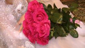 Ramo de rosas rojas en el revestimiento de la novia almacen de metraje de vídeo