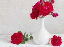 Ramo de rosas rojas en florero Foto de archivo