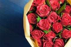Ramo de rosas rojas en un fondo azul Imagen de archivo libre de regalías