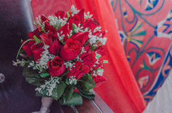 Ramo de rosas rojas en un fondo del ornamento - Augustus 14, 2015 Imagen de archivo