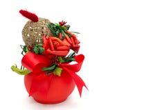 Ramo de rosas rojas, lazos, bola de la guita en florero rojo Imagen de archivo