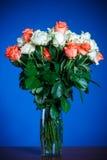 ramo de rosas rojas y blancas Fotos de archivo