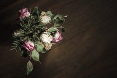 Ramo de rosas rojas y blancas secadas Fotos de archivo libres de regalías