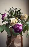 Ramo de rosas rojas y blancas secadas, cierre para arriba Imágenes de archivo libres de regalías