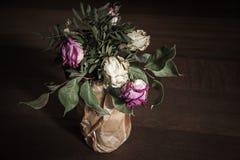 Ramo de rosas rojas y blancas secadas, cierre para arriba Fotografía de archivo libre de regalías
