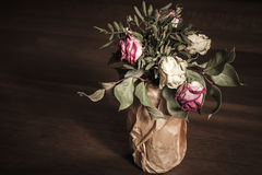 Ramo de rosas rojas y blancas secadas, oscuro Foto de archivo
