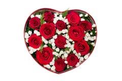 Ramo de rosas rojas y de flor blanca en caja en forma de corazón Fotos de archivo libres de regalías