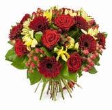 Ramo de rosas rojas y de gerberas aislados en blanco Foto de archivo libre de regalías