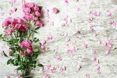 Ramo de rosas rosadas blandas en el fondo de madera rústico blanco Fotos de archivo libres de regalías