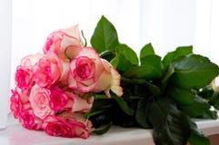 Ramo de rosas rosadas en el alféizar Imagenes de archivo