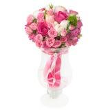 Ramo de rosas rosadas en la caja aislada en el fondo blanco fotos de archivo