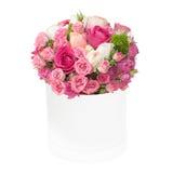 Ramo de rosas rosadas en la caja aislada en el fondo blanco foto de archivo