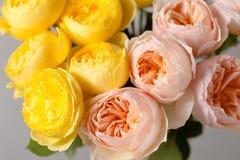 Ramo de rosas suavemente rosadas y amarillas del jardín en un florero de cristal Aún vida floral Primer Imagenes de archivo