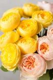 Ramo de rosas suavemente rosadas y amarillas del jardín en un florero de cristal Aún vida floral Primer Fotos de archivo libres de regalías